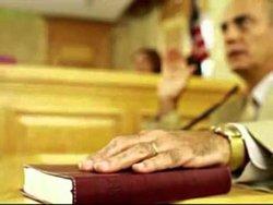 В креслах блондинка и адвокат